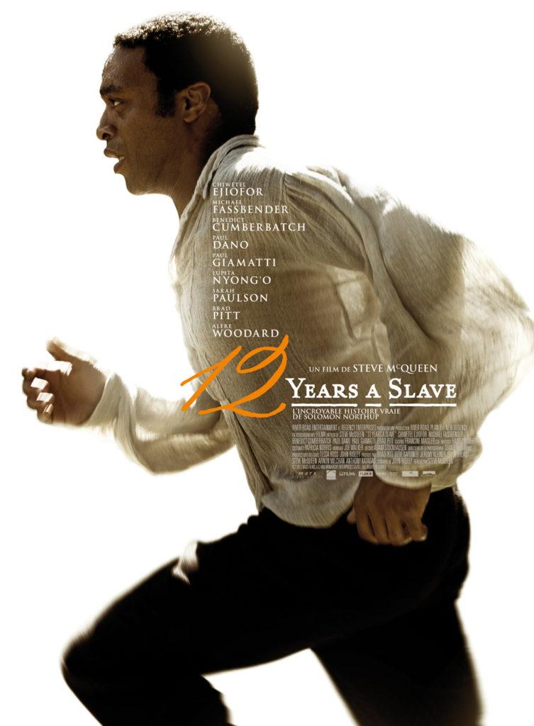 Les États-Unis, quelques années avant la guerre de Sécession. Solomon Northup, jeune homme noir originaire de l'État de New York, est enlevé et vendu comme esclave. Face à la cruauté d'un propriétaire de plantation de coton
